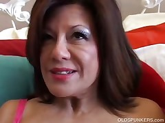 Mind-blowing mature lady plays with her raw pussy